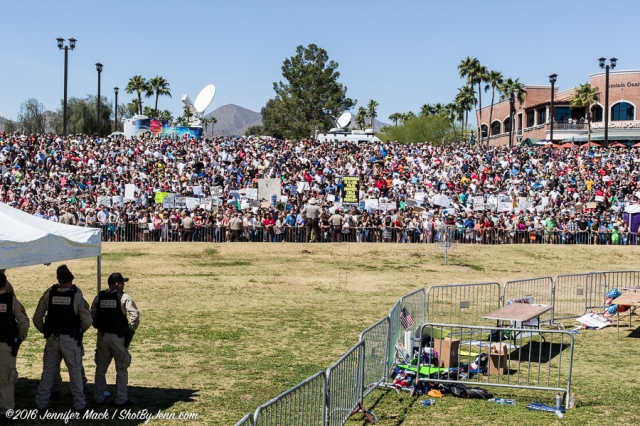 Fountain Hills, Arizona, 19th March 2016. The overflow crowd lines the hillside around the Donald Trump rally.
